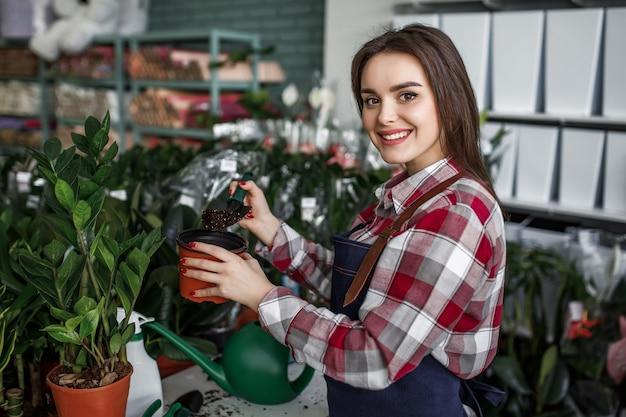 Mulher bonita trabalhando em um centro de flores