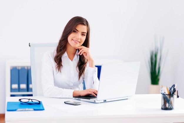 Mulher bonita trabalhando no escritório