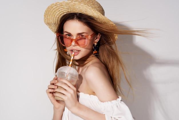 Mulher bonita, um copo com uma bebida na mão moda fundo isolado