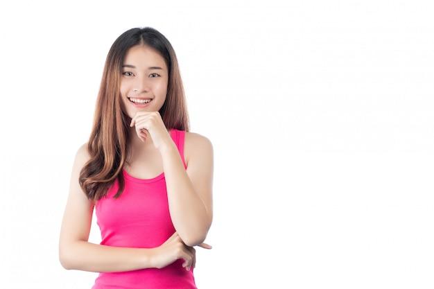 Mulher bonita usa uma camisa rosa com um sorriso, mostrando a mão dela