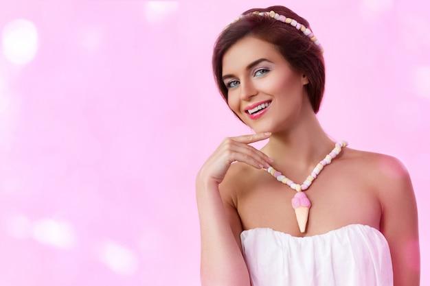 Mulher bonita usando acessórios feitos de marshmallow