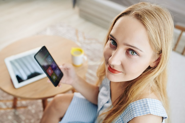 Mulher bonita usando aplicativo móvel