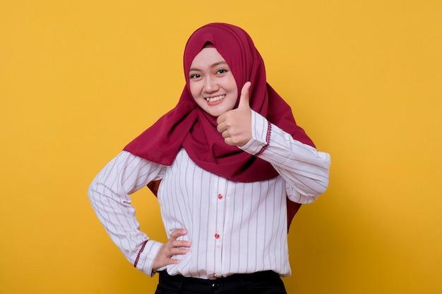 Mulher bonita usando hijab dizendo