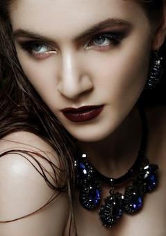 Mulher bonita usando jóias tropicais exóticas