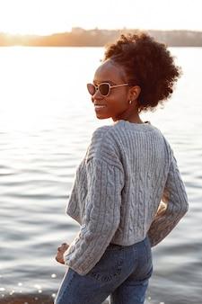 Mulher bonita usando óculos de sol