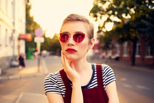 Mulher bonita usando óculos escuros ao ar livre posando de verão