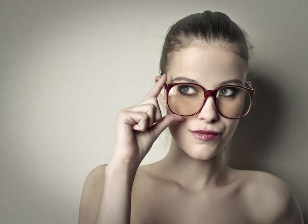 Mulher bonita usando óculos grandes