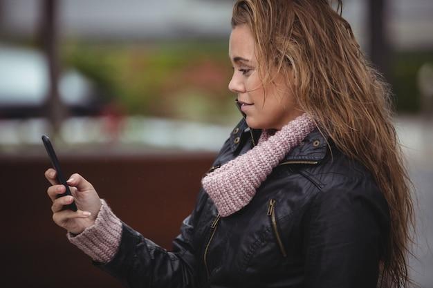 Mulher bonita, usando telefone celular