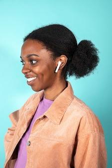 Mulher bonita usando um fone de ouvido branco