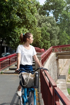 Mulher bonita usando uma forma ecológica de transporte