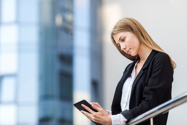 Mulher bonita, verificando seu tablet