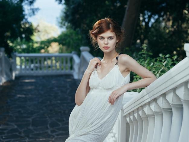 Mulher bonita vestido branco natureza folhas verdes decoração estilo clássico