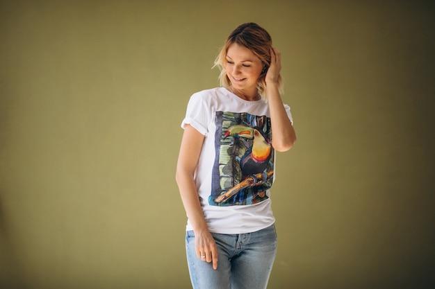Mulher bonita vestindo camiseta