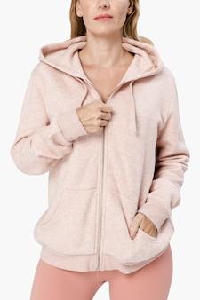 Mulher bonita vestindo roupas esportivas rosa co-ord, vista frontal