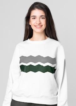 Mulher bonita vestindo um suéter estampado em zig zag com espaço de design