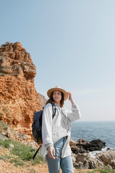 Mulher bonita viajando sozinha