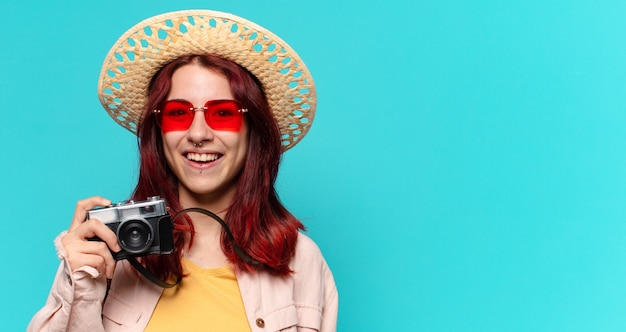Mulher bonita viajante com câmera