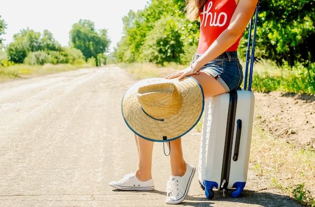 Mulher bonita viajante na estrada