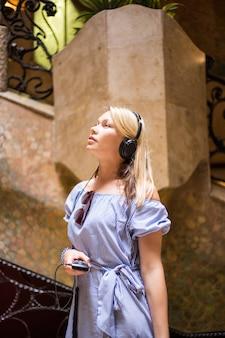 Mulher bonita visita la pedrera com guia áudio. educação adicional.