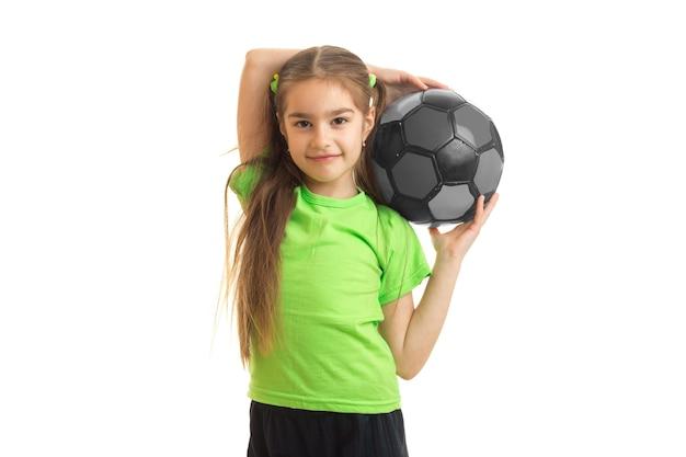 Mulher bonitinha com uma bola de futebol multicolor nas mãos isoladas em branco