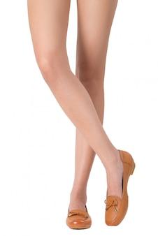 Mulher, bonito, pernas longas, com, pernas cruzaram, pose, desgastar, sapatos couro, isolado, branco