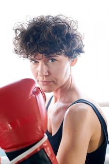 Mulher boxeadora séria