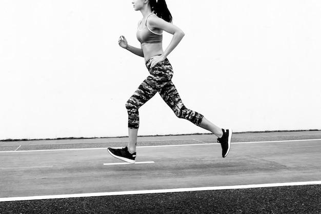 Mulher branca correndo na pista