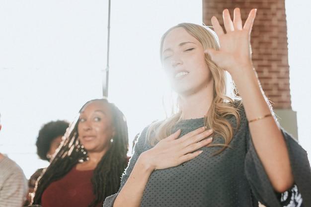 Mulher branca levantando a mão