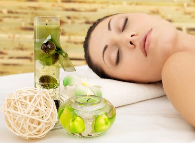 Mulher branca relaxante no salão de beleza spa. terapia recreativa. mulher em repouso de olhos fechados