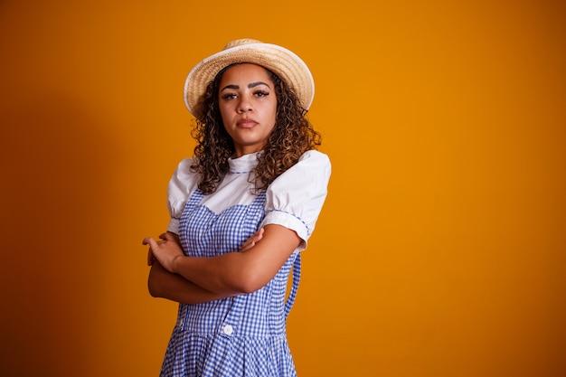 Mulher brasileira com roupas típicas da festa junina com braços cruzados