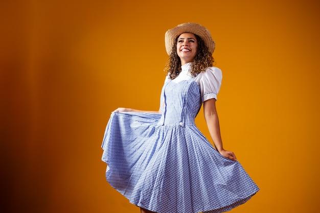 Mulher brasileira com roupas típicas para a festa junina
