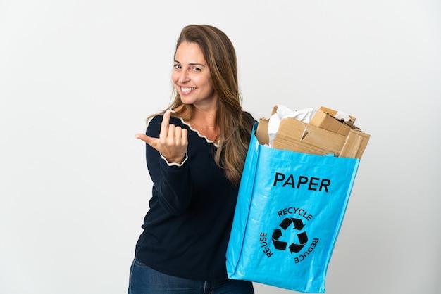 Mulher brasileira de meia-idade segurando uma sacola de reciclagem cheia de papel para reciclar isolado