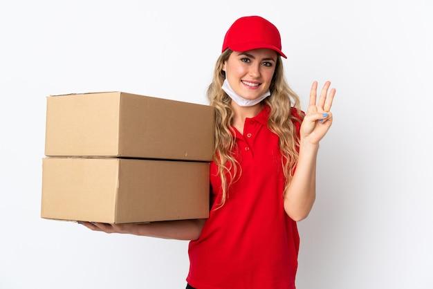 Mulher brasileira entregadora de comida isolada em fundo branco feliz contando três com os dedos