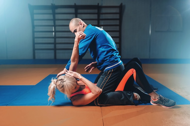 Mulher briga com homem, técnica de autodefesa
