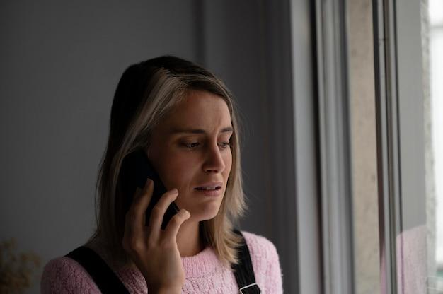 Mulher brigando com o marido pelo telefone
