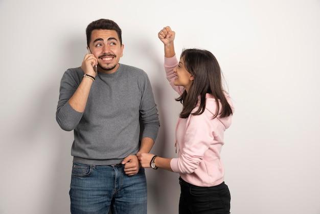 Mulher brigando de brincadeira com o namorado.