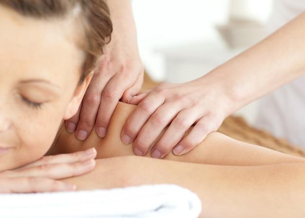 Mulher brilhante com uma massagem