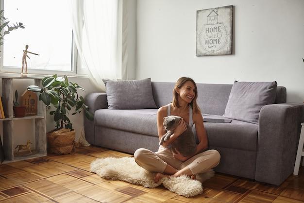 Mulher brinca com gato