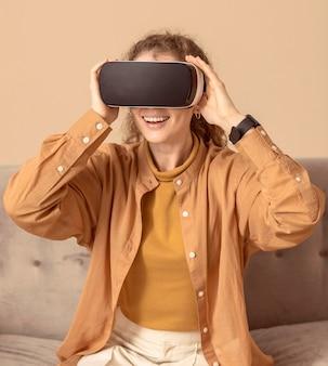 Mulher brincando com fone de ouvido de realidade virtual
