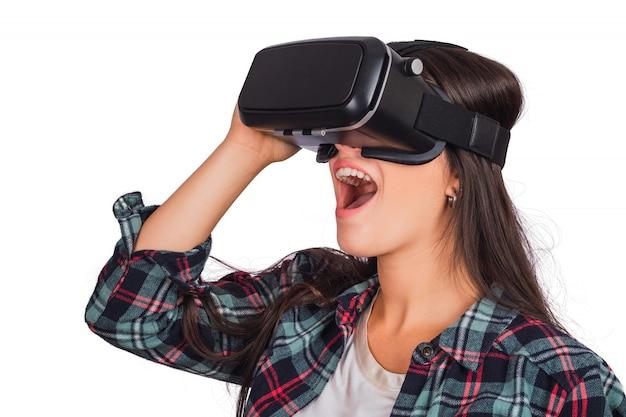 Mulher brincando com óculos de fone de ouvido vr.