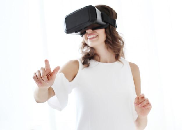 Mulher brincando com realidade virtual