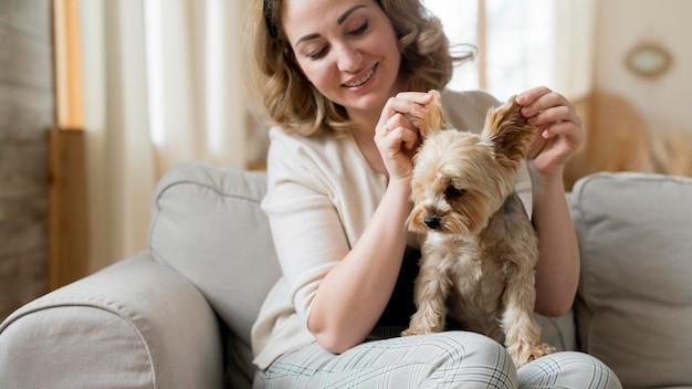 Mulher brincando com seu cachorro fofo