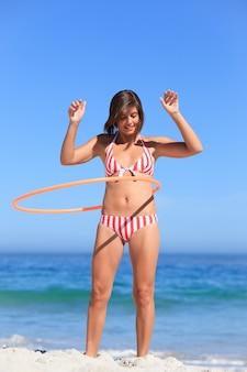 Mulher brincando com um aro de hula