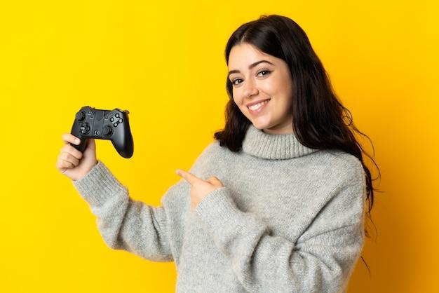 Mulher brincando com um controle de videogame isolado