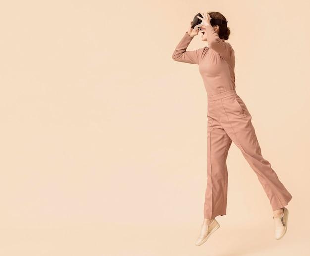 Mulher brincando no espaço da cópia do fone de ouvido de realidade virtual