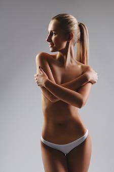Mulher bronzeada magro com pele perfeita. isolado