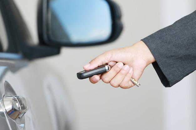 Mulher bussiness mostrar uma chave do carro remoto