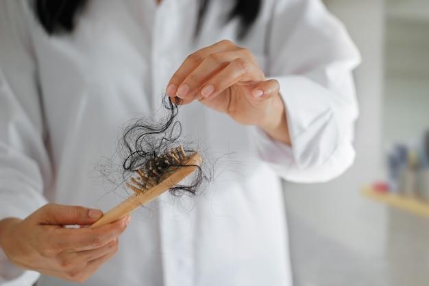 Mulher, cabelo perdendo, ligado, hairbrush, em, mão, macio, foco