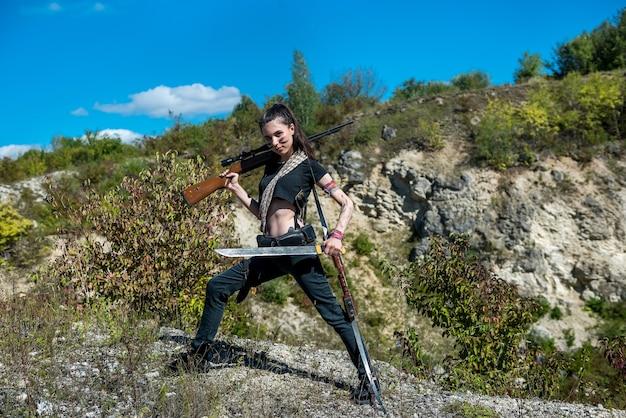 Mulher caçadora por cima usando arma ou rifle na natureza, ao ar livre