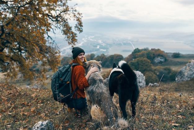 Mulher, cães alpinistas viajam amizade, natureza, paisagem